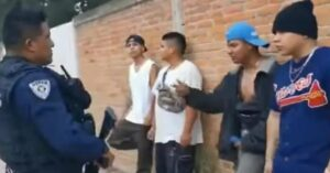 Jóvenes 'tiran rimas' para supuestamente evitar ser detenidos por policías en Tlaxcala