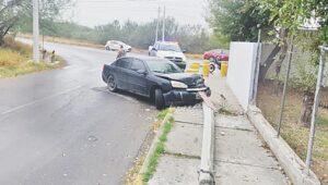 Derriba poste y abandona auto