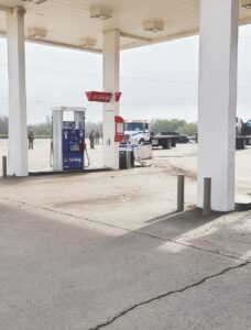 Choca contra una bomba de gasolina
