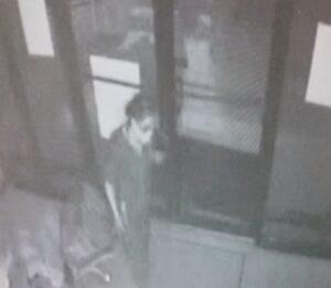 Buscan a mujer por allanar edificio