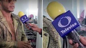 Reportero de Televisa 'protege' su micrófono del covid… ¡con un condón!