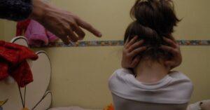 Mujer es arrestada por vender videos de sus hijas a pedófilos
