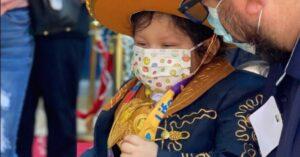Niño vence al cáncer y celebra vestido de charro (VIDEO)