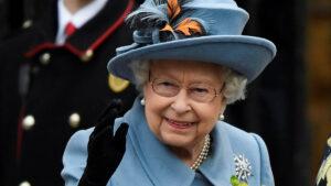 Por primera vez durante la pandemia la reina Isabel aparece en público con una mascarilla (FOTO)