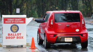 Pretendían invalidar en Texas votos 'drive-thru': jueza rechaza demanda