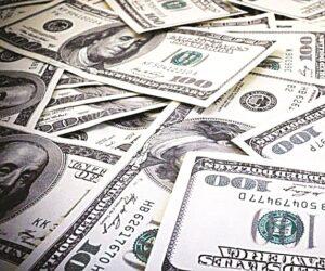 Mujer regala billetes de 100 dólares