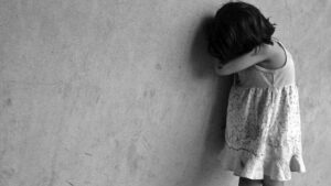 Madre quema a su hija de 6 años como castigo por haber robado dulces