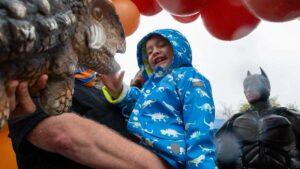 Covid le arrebata padres a niño hispano; comunidad se une para festejar su cumpleaños