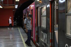 VIDEO: Se lanza a vías del metro tras ataque de esquizofrenia