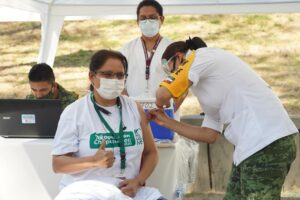 Inician aplicación de vacuna para personal  que atiende COVID-19