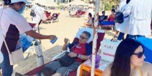 Turista va hasta con tanque de oxígeno a playa de Acapulco