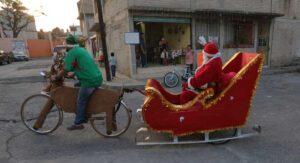 Se viste de 'Santa' y en su 'bici-reno' lleva felicidad a los niños