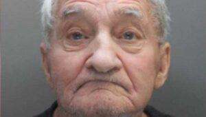Arrestan a anciano por escuchar música clásica a todo volumen; se les muere en prisión