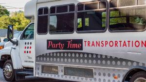 Enfrentan cargos padres que llevaron a 60 niños sin cubrebocas en un autobús de fiesta