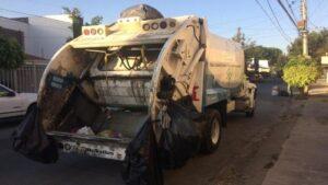 Indigente es rescatado de camión de basura; chofer escuchó gritos