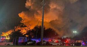 Tras 6 horas, reportan confinado el incendio en empresa recicladora en Nuevo León