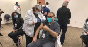 Médico de Laredo, Texas recibe la  primer vacuna en la ciudad