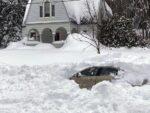 Hombre pasa 10 horas enterrado bajo la nieve, no creerás como salió