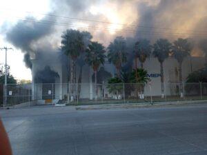 Arde maquiladora en Reynosa, desalojan a cientos de empleados