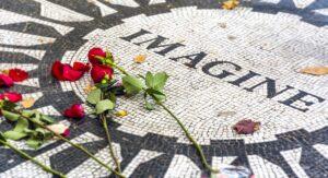 JOHN LENNON cumple hoy 40 años de su muerte: ¿quién lo mató y por qué?