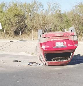 Sobrevive luego de volcar su auto