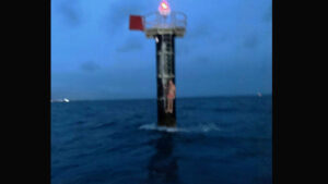 Encuentran aferrado a una boya a un marinero que cayó de su embarcación (VIDEO)