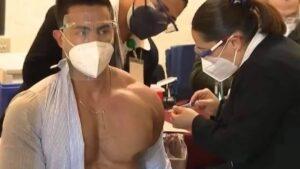 Médico se vuelve viral tras ser vacunado contra el Covid ¡Y es modelo!