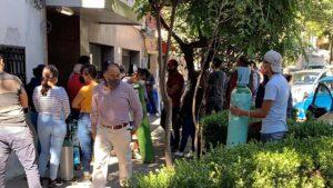 Hacen largas filas en Ciudad de México para conseguir tanques de oxígeno (VIDEO)