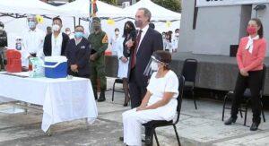Una enfermera recibe la primera vacuna anticovid en México