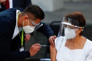 Se aplican 2 mil 924 dosis de vacuna anticovid el primer día en México