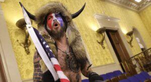 Arrestan a 'vikingo' seguidor de Trump por asalto al Capitolio