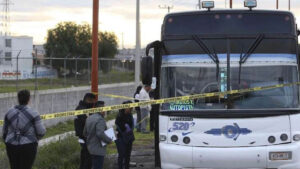 Hombre trata de asaltar autobús; enfurecidos pasajeros lo matan a golpes