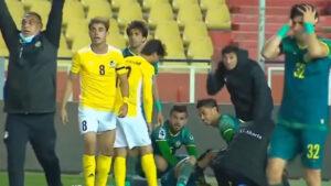 Escalofriante lesión: futbolista se destroza la pierna en el clásico del futbol de Irak (VIDEO)