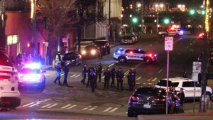 Impactante video: Patrulla embiste contra un grupo de personas en Washington