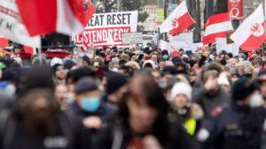 Miles de personas realizan protesta 'anticovid' en Austria