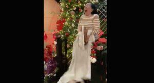 Abuelita enloquece al recibir cobija con imagen de Chayanne de regalo