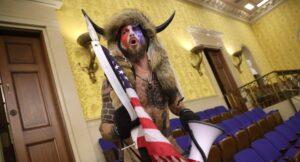El chamán-bisonte que irrumpió al Capitolio quiere testificar contra Trump en juicio político