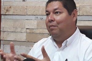Destituyen alcalde que organizó fiesta tras vacunarse contra Covid-19