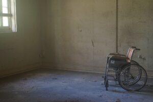 Mantiene 6 años en silla de ruedas a su hija, fingía que estaba enferma