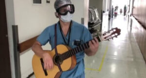 Médico lleva música a pacientes de COVID-19 de un Hospital