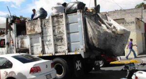 Niña de 4 años cae de camión de basura y muere atropellada por su papá