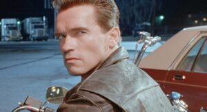 ¡A lo Terminator! Arnold Schwarzenegger recibe la vacuna covid