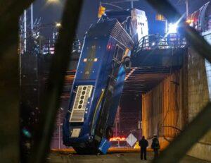 VIDEO: Autobús choca y queda colgando de un puente