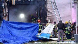 Impresionante accidente: Una avioneta se estrella contra una casa en E.U.
