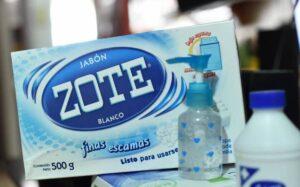Embajador de EU en México se lleva un jabón Zote como recuerdo