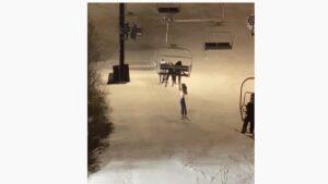 ATERRADOR: esquiadora resbala y queda colgada (VIDEO)