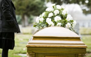 Familia entierra cuerpo equivocado por error de funeraria