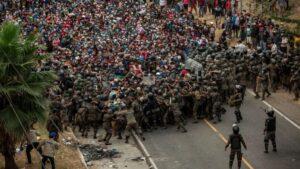 Detienen con violencia a caravana migrante hondureña en Guatemala