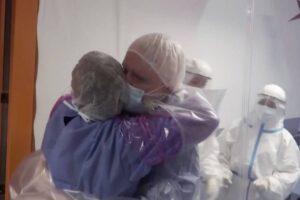 Hospital instala cortinas para poder abrazar a pacientes con Covid
