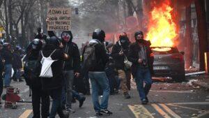 Incendian centro de pruebas covid en protestas contra restricciones en Países Bajos